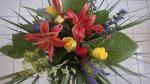 Blumenstrauß binden Anleitung Sommer Deko Ideen Dekorationsmaterial Sommerdekoration zum verschenken Grünmaterial in Spirale Blumenstraußes Schnittblumen Wiesenblumen Sommerblumen Komplementärkontrast Blumendeko selber machen