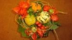 Herbstdeko basteln mit Naturmaterialien. Blumenstrauß mit Zierkürbisse