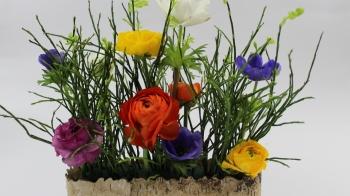 Blumendekoration mit Frühlingsblumen