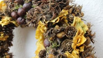 Herbstkranz aus Kastanien, Bucheckern, Herbstlaub