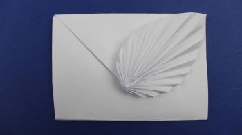 Origami Briefumschlag mit dem kunstvoll gefalteten Blatt