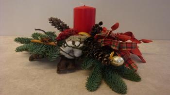 Klassisches Adventsgesteck auf einer Wurzel oder Rebstock für eine schöne Weihnachtsdekoration selber machen.