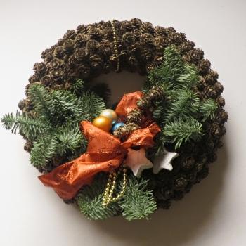 Einen Wandkranz oder Türkranz aus Lärchenzapfen dekorieren