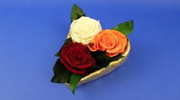 Geschenk zum Valentinstag Herzschale aus Modelliermasse und gefriergetrocknete Rosen.
