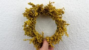 Ein Kranz mit Mimosen ohne Rohling für eine schöne Osterdekoration selber binden.