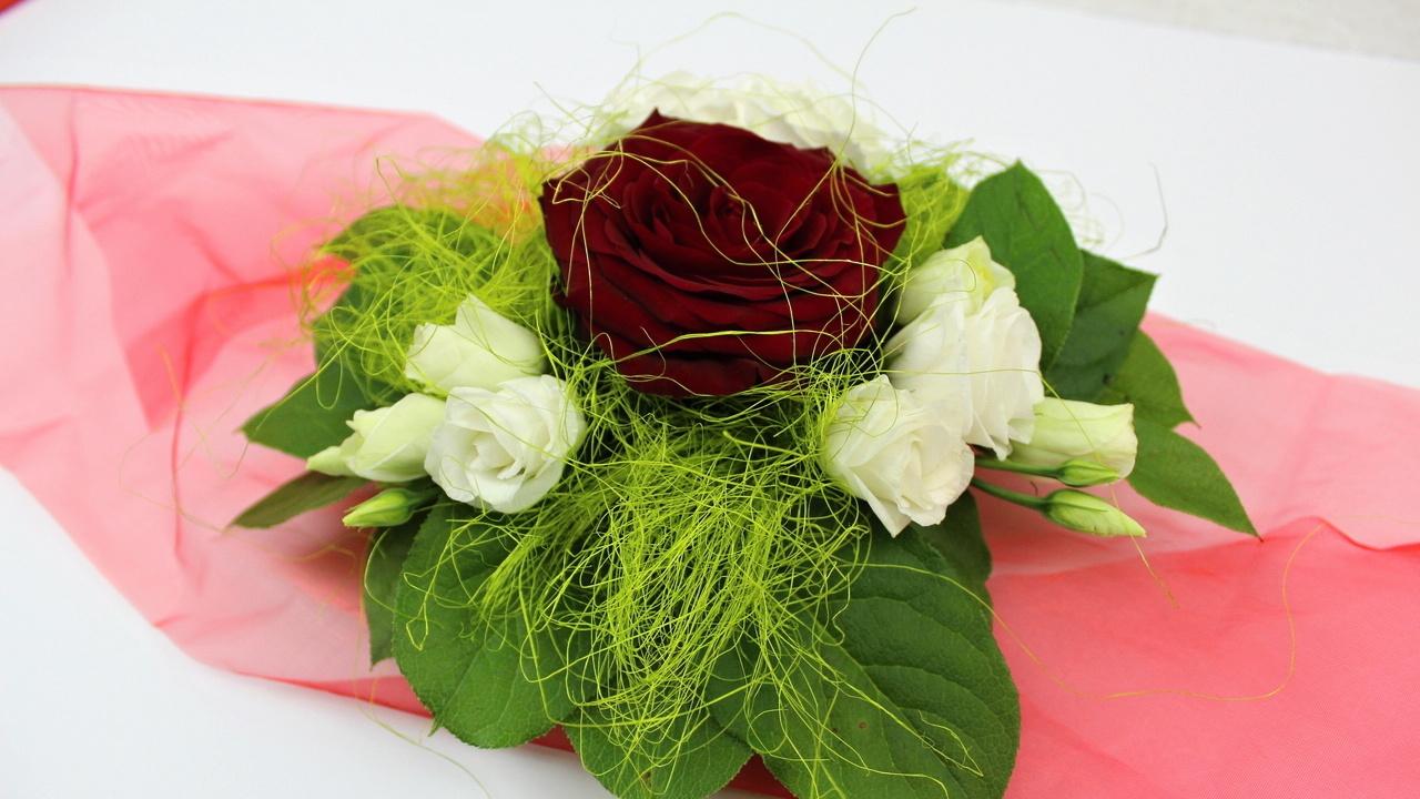 Floristik Anleitung, kleines Blumengesteck mit roter Rose selber machen.