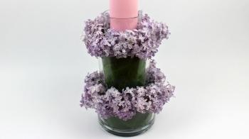 Glas Deko mit Flieder und Kerze fürs Kalte Büfett selber machen
