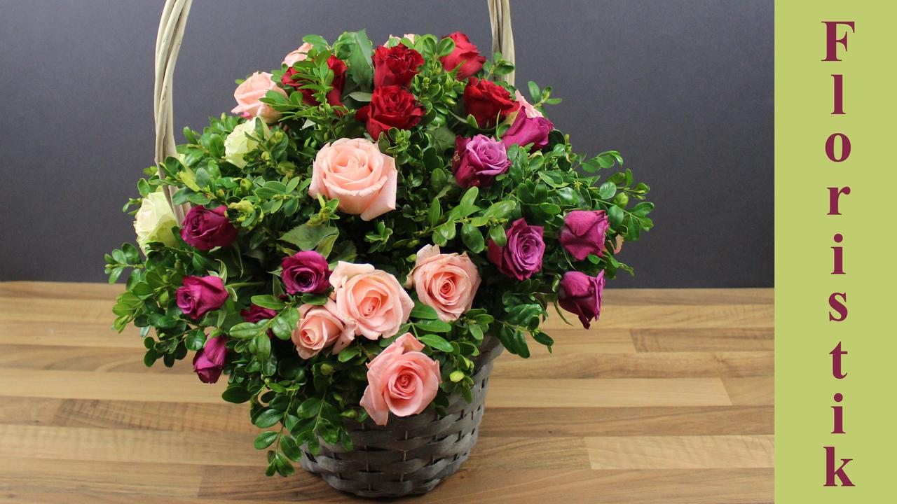 Blumengesteck mit Rosen im Korb selber machen