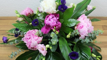 Repräsentatives Blumengesteck mit Steckschaum, Pfingstrosen, Eustoma, Eukalyptus Selbermachen