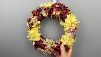 Sommerkranz mit getrockneten Blütenblätter von der Tulpe, Floristik Video Anleitung